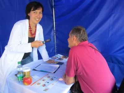 MUDr. Jitka Wernerová vyšetřuje pacienta během Svátku seniorů v Brně