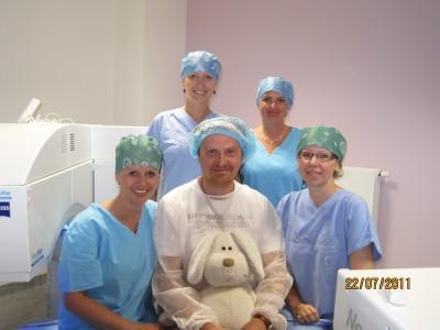 MUDr. Petr Kolář (uprostřed) s MUDr. Kristínou Vodičkovou s týmem, který provedl operaci NeoLASIK HD
