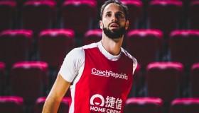 Kapitán basketbalové reprezentace Vojtěch Hruban je bez brýlí