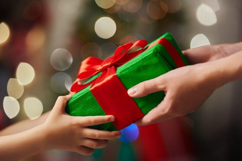 NeoVize pomáhá nadělovat dárky chudým dětem