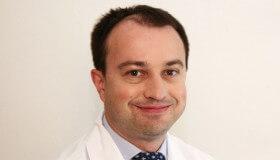 Špičkový mikrochirurg Očných kliník NeoVízia a DuoVize MUDr. Lubomír Továrek vykonal unikátnu operáciu v Centre mikrochirurgie oka (CMO)